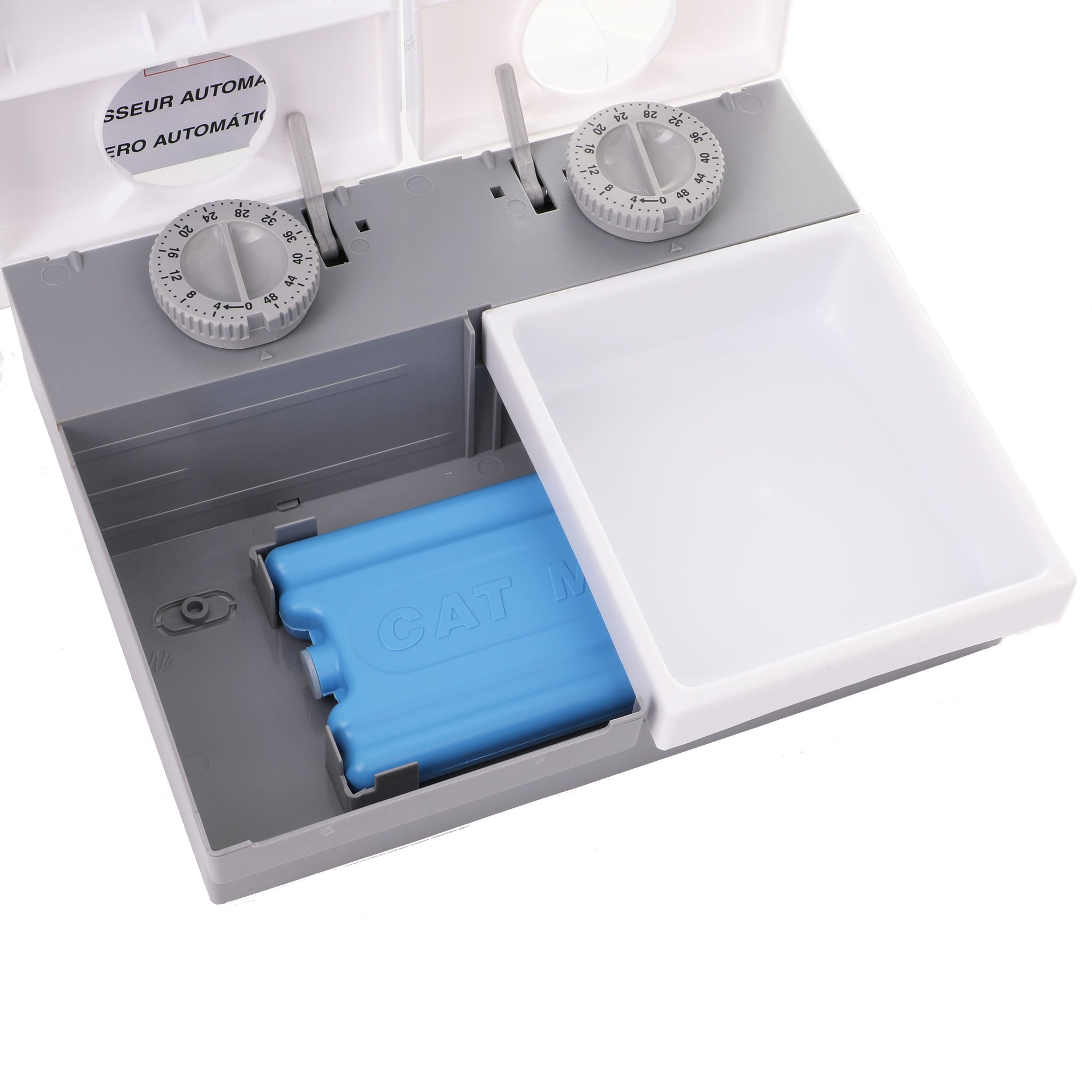 Ice pack below the feeding trays to keep food fresh and cool.
